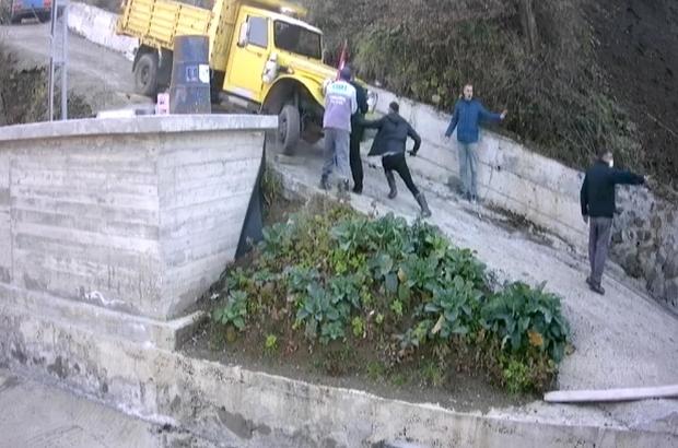 Yokuşta kayan kamyonetin altında kalmaktan son anda kurtuldular Yardım etmek isterken canlarından oluyorlardı
