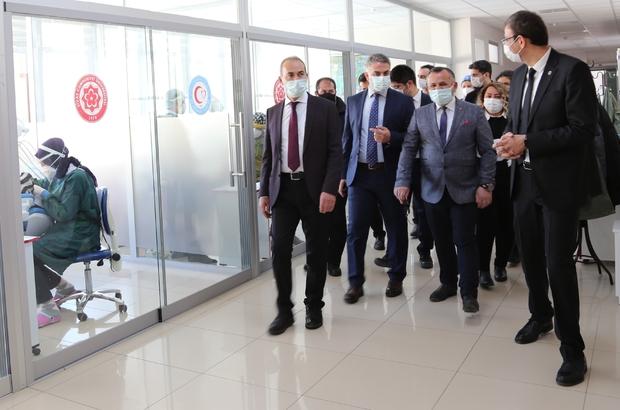 Covid-19'a karşı cam bölmeli çözüm Sivas Cumhuriyet Üniversitesi Diş Hekimliği Fakültesine, Covid-19 virüsüne karşı riskin en aza indirilmesi amacıyla cam bölmeler yapıldı
