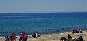 (Özel) Karla kaplı Toros Dağları manzarası eşliğinde deniz keyfi Güneşli havayı görenler soluğu plajlarda aldı