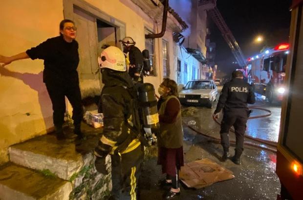 Çöp ev alev alev yandı, anne ve kızı gözyaşlarına boğuldu Antalya'da çöp dolu evde yaşayan anne ve kızı, mahalledeki gençler tarafından son anda kurtarıldı