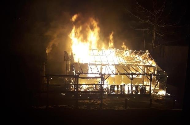 Tek katlı ev alev alev yandı İtfaiye ekiplerinin müdahalesi ile yangın söndürüldü