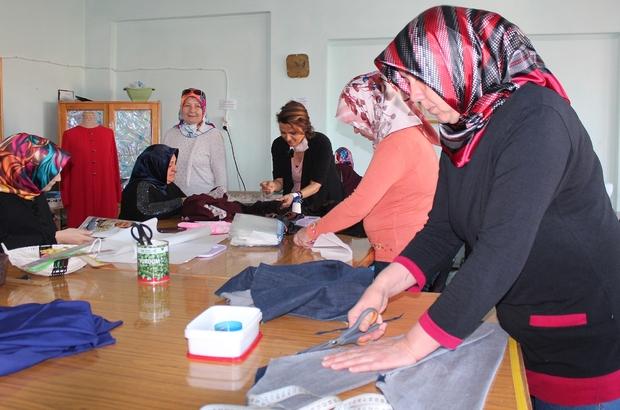 Alaşehir'in 87 mahallesinde halk eğitim kursları açılacak Manisa'nın Alaşehir ilçesinde '87 mahallesiyle öğrenen şehir Alaşehir' Projesi kapsamında muhtarlara yönelik bilgilendirme toplantısı gerçekleştirildi