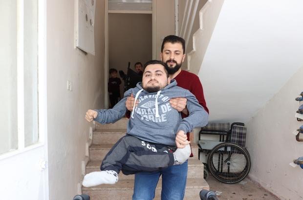 Tek isteği ayakları üzerinde durmak Cam kemik hastası Suriyeli Muhammed Zülfikar El Rai, tedavi olmak için yardım bekliyor