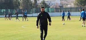 """Hakan Kutlu: """"VAR çok gereksiz bir sistem"""" Denizlispor Teknik Direktörü Kutlu: """"Beşiktaş maçını kazanarak dönmek istiyoruz"""""""