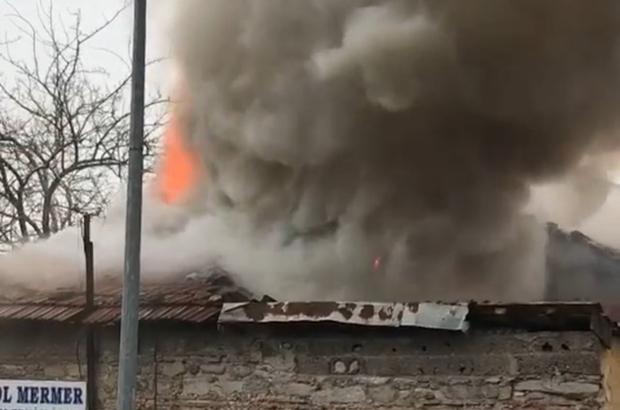 Bursa'da tek katlı tarihi bina alev alev yandı
