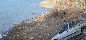 Faciayı yol kenarındaki kayalar önledi: 3 kişi ölümden döndü İçerisinde 3 kişinin bulunduğu aracın gölete düşmesini kayalar önledi