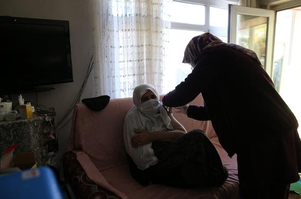 (Özel) Cumhurbaşkanı Erdoğan'ın elini öptüğü Şahizar nine korona aşısı oldu