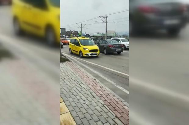 Ters şeride giren şoför trafiği birbirine kattı Dönüşü kaçıran sürücü, yüzlerce otomobili durdurup ters şeritten ilerledi