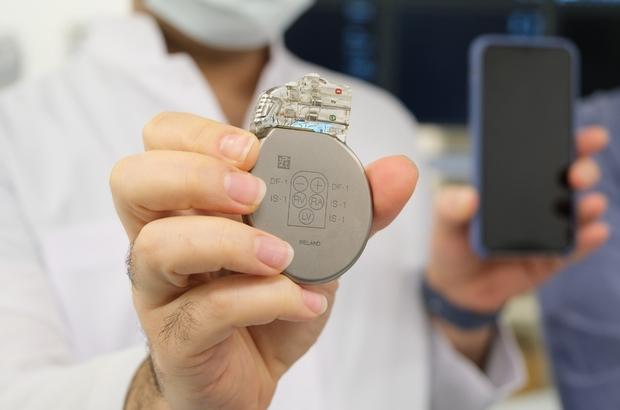 """Kablosuz yaşam kalp pilini etkiliyor Gömlek cebinde taşınan telefon kalp pilleri için tehlike saçıyor Güçlü mıknatıs içeren teknolojik ürünler kalp pillerinin görevini yerine getirmesine engel oluyor Manisa Şehir Hastanesi Kardiyoloji Kliniği Doktoru Mehmet Burak Özen: """"Hasta gömlek cebinde telefonunu taşırsa kalp pili hayatını kurtarması gereken dönemde görevini yapmayacaktır"""""""