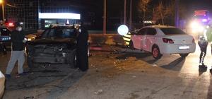 2 otomobil kafa kafaya çarpıştı: 4 yaralı