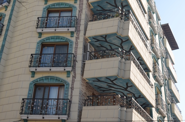 Mimarisiyle hayrete düşüren bina Vatandaşlar çökecek hissi uyandıran balkonlardan gözlerini alamıyor
