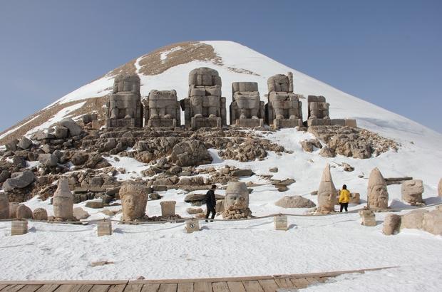 Esaretten kurtulan Nemrut Dağı ilk turistleri ağırladı Kar esaretindeki Nemrut Dağı'nın yolu açıldı
