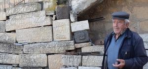 80 yıldır taşlara şekil veriyor Okuma yazması yok, şiirleri taşlara kazıyor