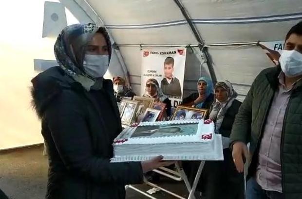 Evlat nöbetindeki ailelerin Cumhurbaşkanı Erdoğan için hazırlattığı pasta, Çocuk Evine gönderildi Pastayı alan çocuklar, Cumhurbaşkanı Erdoğan'ın doğum gününü kutlayıp, evlat nöbetindeki ailelere teşekkür etti