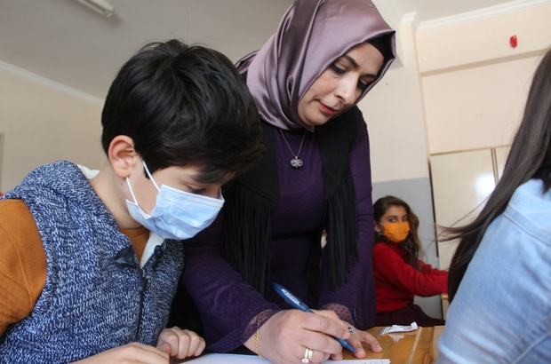 Zehra hocanın inadı hayaline kavuşturdu Sınavlarda başarısız olunca inat eden Zehra Sarı, 33 yaşında İngilizce öğretmeni oldu Maddi imkansızlıktan dolayı okuyamadığı okullarda bugün ders anlatıyor