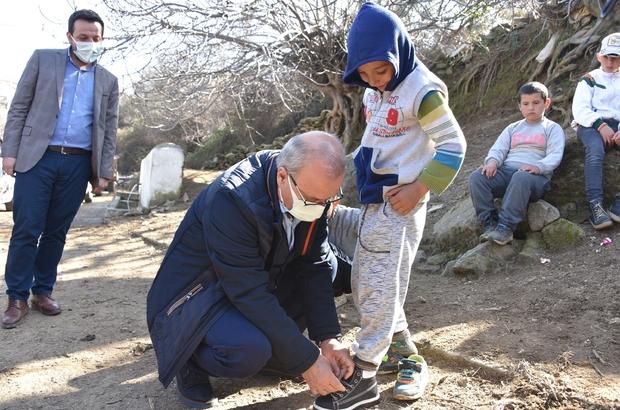 Başkan Kayda çocukları sevindirdi MHP'li başkan ayakkabıları kendi elleriyle giydirdi