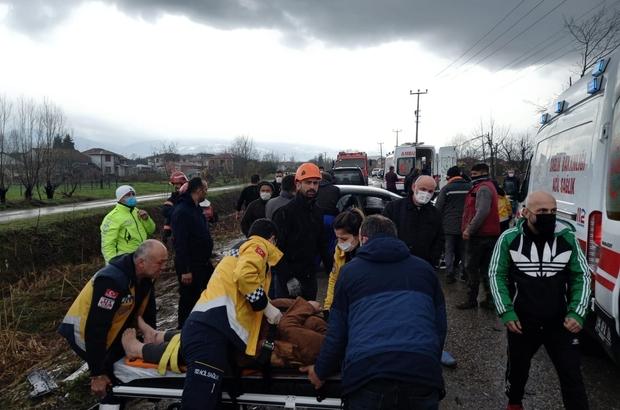 Sakarya'da kazada ortalık savaş alanına döndü: 2'si çocuk 6 yaralı Otomobil ile çarpışan hafif ticari araç şarampole yuvarlandı