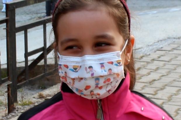 Çocukların mutlulukları yüzlerine yansıdı Yeni normalleşme ile orta riskte ilan edilen Manisa'da açılan okullar hem velilerin hem de çocukların yüzlerini güldürdü Ateşleri ölçülerek okula alınan öğrenciler okullarına kavuştukları için çok mutlu olduklarını söyledi