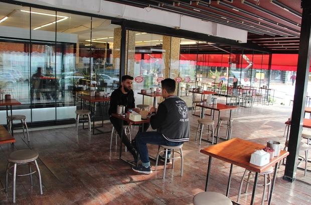 Antalya'da kafe ve restoranlar yüzde 50 kapasiteyle hizmete başladı Pandemi sürecinde 3.5 aydır kapalı olan veya paket servis şeklinde hizmet veren işletmeler, yüzde 50 kapasiteyle faaliyetlerine başladı