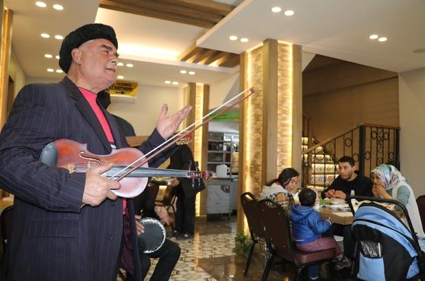 Gaziantepliler güle oynaya kebapçılara akın etti Gastronomi kenti Gaziantep'te kebapçılar ilk müşterilerini müzik, halay ve türküyle karşıladı