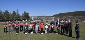 Isparta'da Kozluca köyüne futbol sahası ve oyun parkı kuruldu