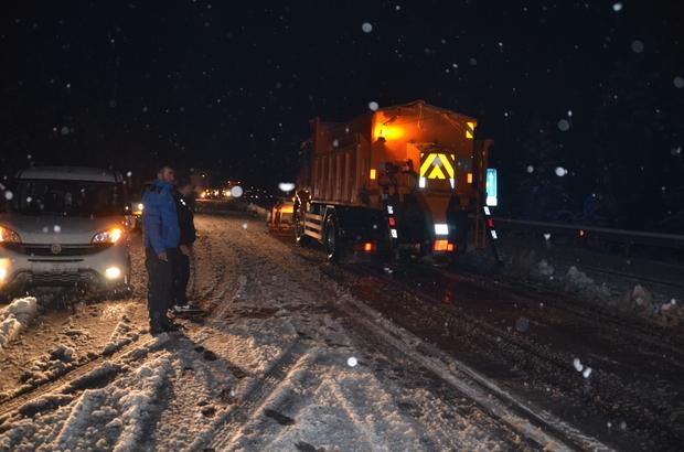 Antalya'da kar yağışı başladı Antalya-Konya karayolunda kar kalınlığı 20 santime ulaştı Uzun araçların geçişine izin verilmezken,ekipler sürücüleri dinlenme tesislerine yönlendiriliyor