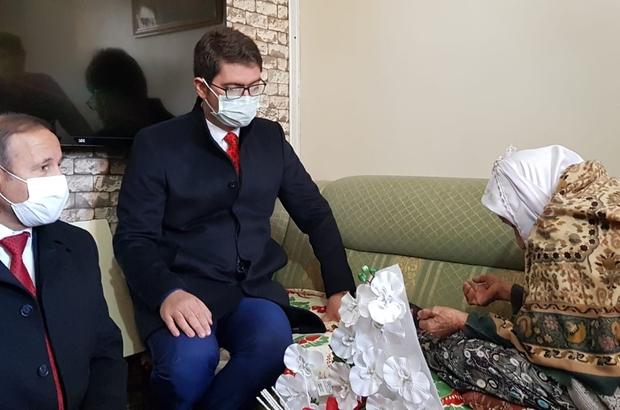 İlçe protokolünden 107 yaşındaki Dürdane nineye ziyaret Kaymakam ve Belediye Başkanı 103. kurtuluş yıl dönümünde 107'lik nineyi evinde ziyaret ettiler