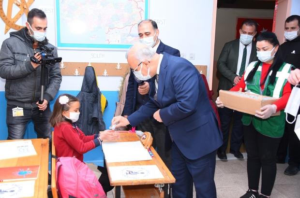 """Salihli'de 27 bin öğrenciye maske ve dezenfektan desteği Başkan Kayda'dan öğrencilere uyarı: """"Sizlere büyük görev düşüyor"""""""