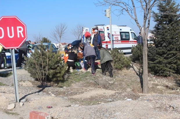 Kavşakta çarpışan otomobillerde 4 kişi yaralandı Çarpışan otomobillerden kopan parçalar yolun diğer şeridinden geçen araca çarpıp maddi hasar oluşturdu