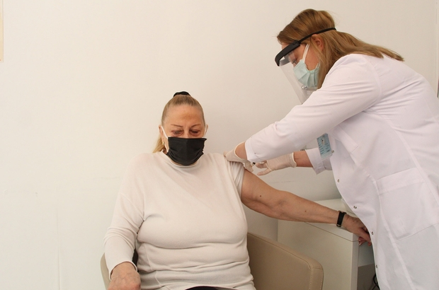 Antalya'da yerleşik yabancılara Kovid-19 aşı uygulaması başladı Kimlik numarası 99 ile başlayan ve talep eden yabancıların aşılanmasına başlandı 103 bin yabancı, Türk vatandaşları gibi randevu sistemi üzerinden aile hekimleri ve hastanelere randevu alabiliyor