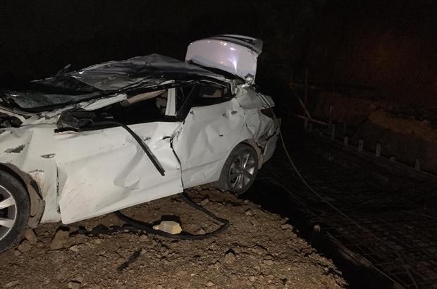 Korkunç kazada otomobil fabrikanın inşaatına uçtu 2 ölü