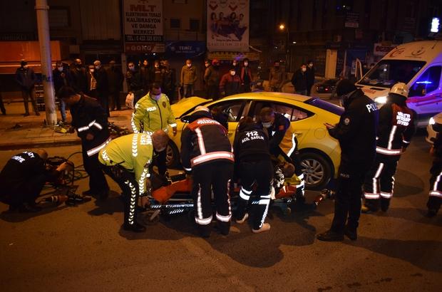 Ticari taksi aydınlatma direğine çarptı araçta sıkışan sürücü feci şekilde can verdi Kazada sıkışan sürücüye araçta kalp masajı yapıldı