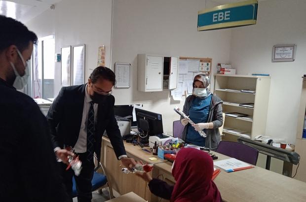 Vanlı hayırseverden kadın sağlık çalışanlarına karanfil