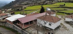 (ÖZEL) Zeki Müren'in hatırası bu binada yaşıyor Zeki Müren'in yaptırdığı okul dimdik ayakta Kendisine yardım eden köylülere Zeki Müren okul yaptırmış