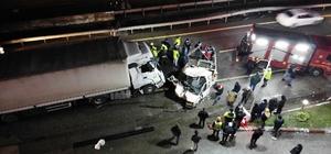 D-650 karayolunda katliam gibi kaza: 1 ölü, 2 ağır yaralı Tır ile kamyonet çarpıştı ortalık savaş alanına döndü Kazada kağıda dönen araçlardaki sürücüleri kurtarmak için ekipler dakikalarca uğraştı Tırda sıkışan sürücü kaldırıldığı hastanede hayatını kaybetti D-650 karayolunda oluşan trafik ve kaza yeri havadan görüntülendi