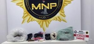 Karı-koca uyuşturucu ticaretinde yakalandı Muğla'nın Ula ilçesinde uyuşturucu ticareti yaptıkları ileri sürülen karı koca Narkotik ekiplerinin operasyonu ile yakalandı.