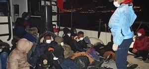 İzmir açıklarında 49 düzensiz göçmen yakalandı