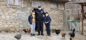 Polislerden soğuk kentin çocuklarına iç ısıtan yardım Türk Polisinden girişimci çocuklara tavuk desteği