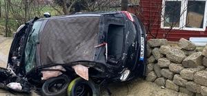 Taklalar atan lüks otomobil hurdaya döndü: 4 yaralı