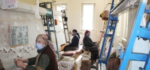 Isparta'da kadınlar halı dokuma ve dekoratif örtü dikiminin inceliklerini öğreniyor
