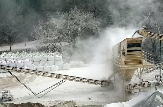 Muğla'da tedirgin eden görüntü Köyceğiz ilçesi Kozluca mevkiinde bulunan taş kırma işletmesindeki kırıcılardan çıkan toz bulutu hem doğayı, hem de çevredeki tarım arazilerini beyaza bürüdü.