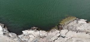 """Acıgöl'de su seviyesi düşüyor çatlaklar oluşuyor Su seviyesinin azalmasıyla Acıgöl'ün çevresinde oluşan tufa ve çatlaklar etkileyici görüntüler oluşturuyor Jeoloji Mühendisleri Odası Konya Şubesi Başkanı Prof. Dr. Fetullah Arık: """"Acıgöl, Meke Gölü'ne dönmez, daha uzun yıllar kalabileceğini öngörüyoruz"""" """"Acıgöl'ün Meke'ye dönmemesi için Karapınar özelinde değil bölge genelinde bir şeyler yapmak lazım"""""""
