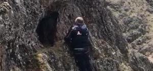 Kayalıkta sıkışan keçiyi AFAD kurtardı