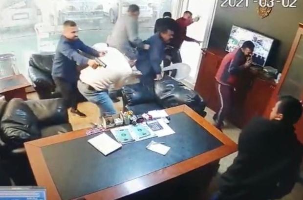 Galerideki kanlı saldırı kamerada Mersin'in Anamur ilçesinde 1 kişinin hayatını kaybettiği, 2 kişinin de yaralandığı galerideki silahlı saldırının arkasından suç örgütü çıktı Organize bir şekilde kişileri tehdit ederek zorla senet imzalattıkları ve alacak tahsiline giriştikleri ileri sürülen 15 şüpheli gözaltına alındı Suç örgütünün lideri olduğu iddia edilen İ.B. ile örgüt üyesi E.E.'nin, Anamur ilçesindeki galeride meydana gelen ve güvenlik kameralarına da yansıyan 1 kişinin hayatını kaybettiği, 2 kişinin de yaralandığı olayın failleri olduğu tespit edildi