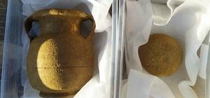 Tarlasını sürerken lahit mezar buldu Manisa'da bir çiftçi tarlasını sürerken traktöre takılan kaya parçasının altında mezar bularak durumu yetkililere haber verdi Alanda inceleme yapan ekipler Helenistik döneme ait bir mezar içinde iskelet ve tarihi objeler buldu