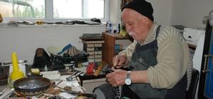 Kunduracı Salih Amca zamana direniyor 77 yaşındaki Salih Ören, 62 senedir kunduracılık yapıyor