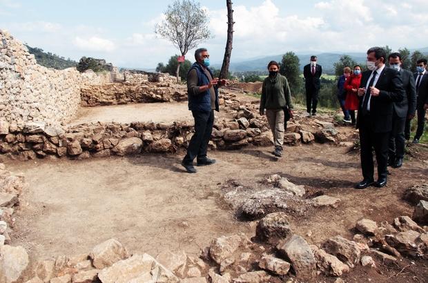 Akyaka Kalesi 7 ayda gün yüzüne çıktı Muğla'nın 'Sakin Kent' unvanlı Ula'nın Akyaka Mahallesi'nde Bizans döneminden kalma Akyaka Kalesi'nde 7 ay önce başlayan çalışmalarda kale kısmen gün yüzüne çıktı