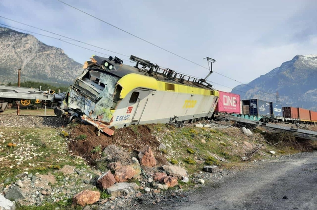 Adana'da yük treni raydan çıktı kazada iki makinist yaralandı - Adana  Haberleri