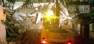 Yanan bina belediye ekipleri tarafından gece saatlerinde yıkıldı