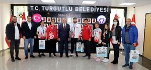 Şampiyon sporcular başarılarını Başkan Akın ile paylaştı